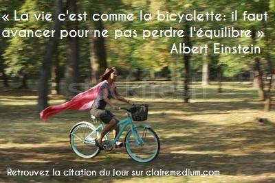 vélo-joie-heureux-jeunes-femme-rose