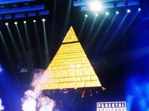 Le décor de scène : une immense pyramide couronnée d'un Oeil d'Horus