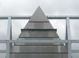 Le sommet de la pyramide s'échappe du bâtiment.