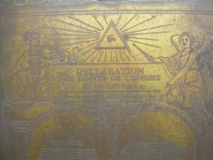 Plaque intégrée au monument, décorée de la Déclaration des Droits de l'Homme et du citoyen.