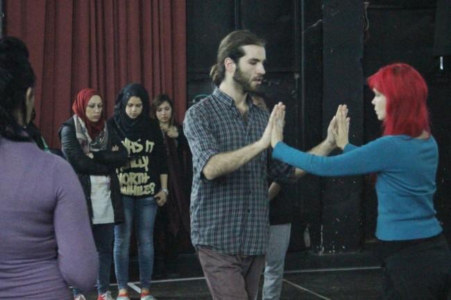 Yannick Allen-Viullet et Nancy Lavoie abordent le contact physique en tango devant des Palestiniens, âgés de 18 à 24 ans, à Jénine. Crédit photo : Amélie Boutin.