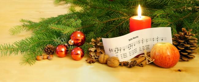 """Weihnachten - """"Stille Nacht, Heilige Nacht"""", Notenblatt mit Kerze, Kugeln und Tannenzweigen, Panorama, hochauflsend"""